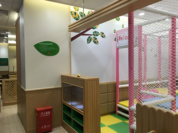 德克士汉堡店内的儿童游玩区